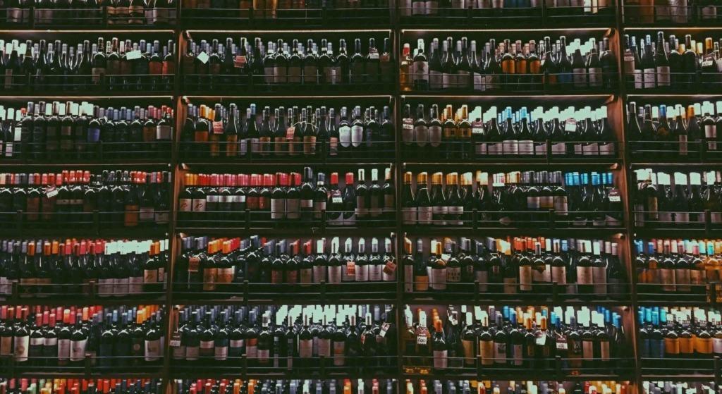 Rayon de bouteilles chez un caviste - Article Discovery Le mag