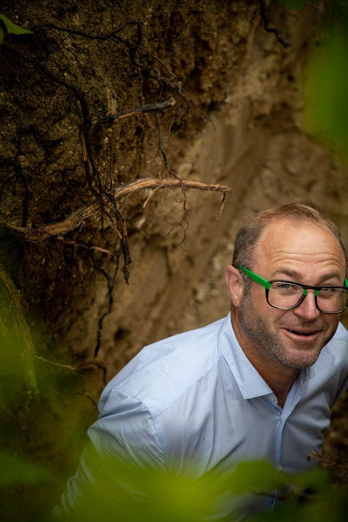 Benoit dans une fosse pedologique - Identité terroi - Agence Discovery Branding Reims